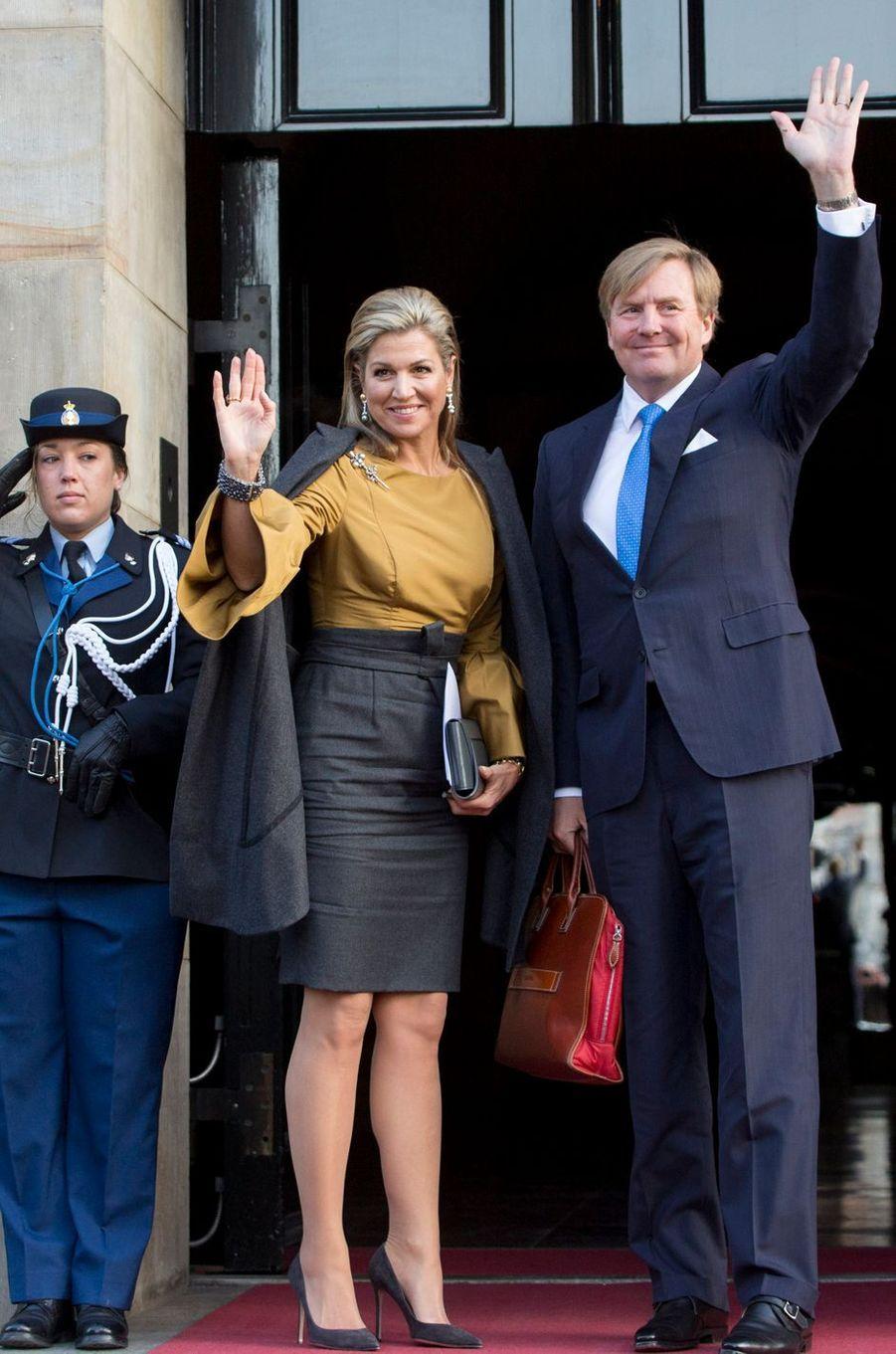 La reine Maxima et le roi Willem-Alexander des Pays-Bas devant le Palais royal à Amsterdam, le 17 janvier 2017