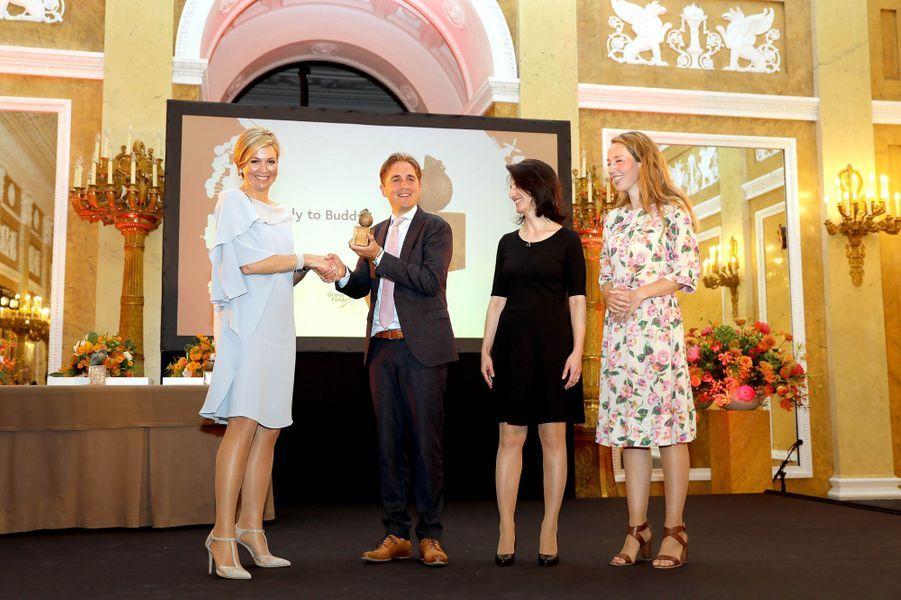 """La reine Maxima des Pays-Bas remet les """"pommes"""" du fonds Oranje à La Haye, le 6 juin 2018"""