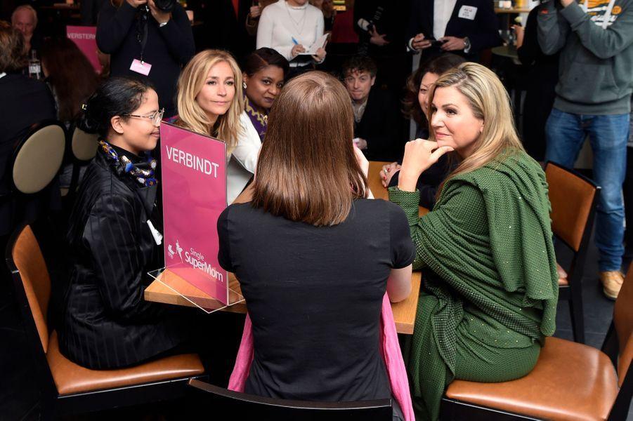 La reine Maxima des Pays-Bas avec des mères célibataires à Amsterdam, le 8 mars 2017