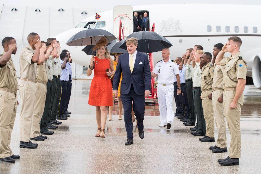 La reine Maxima et le roi Willem-Alexander des Pays-Bas arrivent à Willemstad sur l'île néerlandaise de Curaçao, le 1er juillet 2018