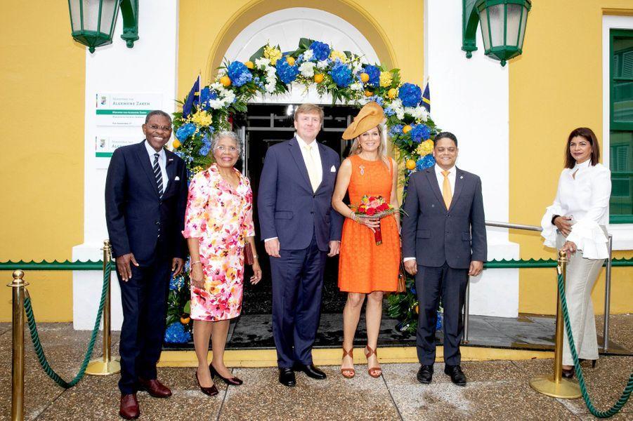 La reine Maxima et le roi Willem-Alexander des Pays-Bas avec la gouverneur de Curaçao, son mari et le président-ministre de l'île, le 1er juillet 2018