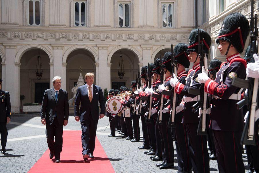 Le roi Willem-Alexander des Pays-Bas avec le Premier ministre italienPaolo Gentiloni à Rome, le 20 juin 2017