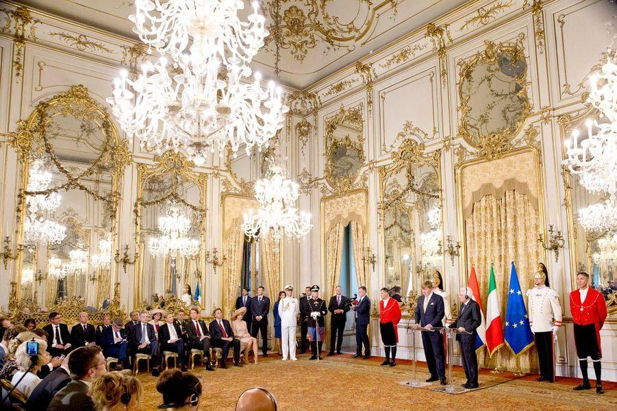 La reine Maxima et le roi Willem-Alexander des Pays-Bas avec le président italien Sergio Mattarella à Rome, le 20 juin 2017