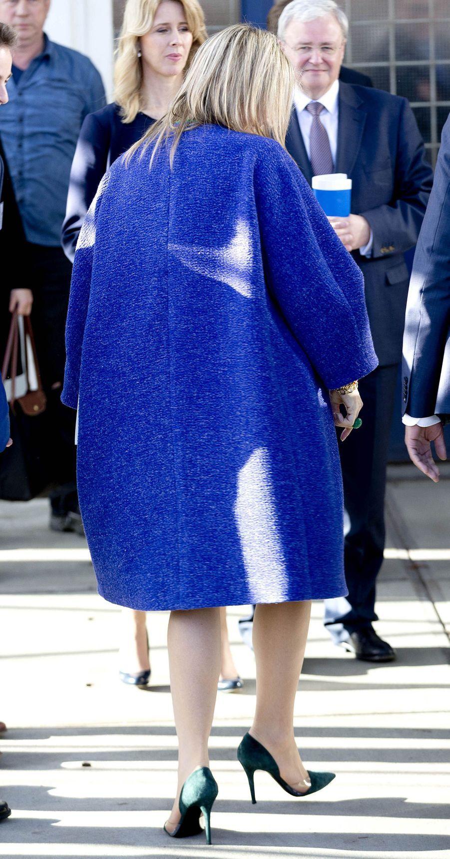 Le manteau de la reine Maxima des Pays-Bas, de dos, à Delft, le 17 novembre 2017