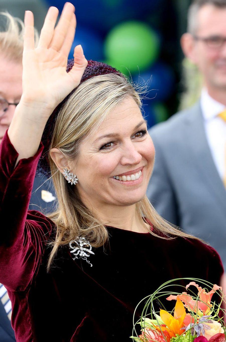 Détail des bijoux de la reine Maxima des Pays-Bas à Westland, le 7 mars 2018