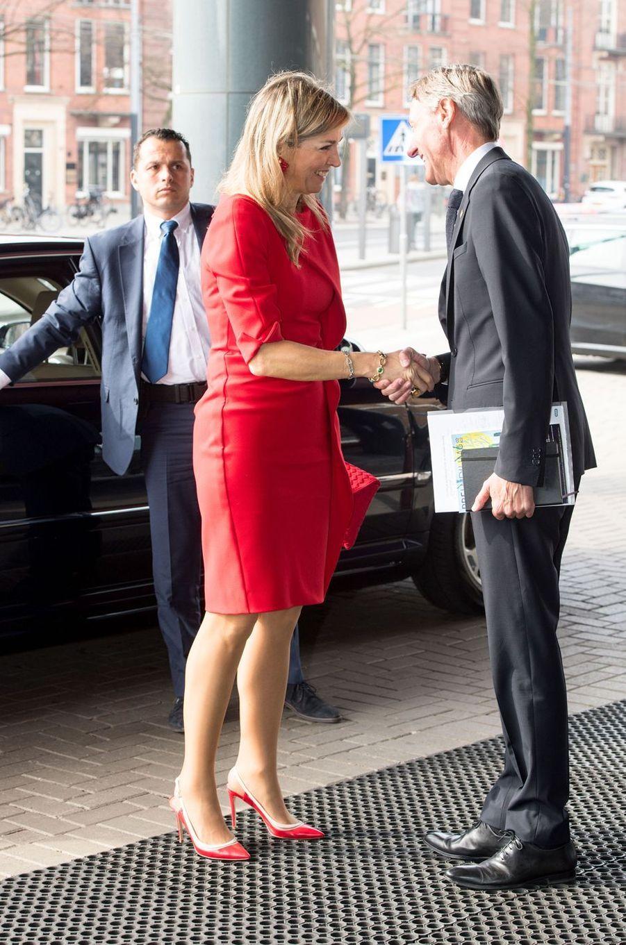 La reine Maxima des Pays-Bas en total look rouge à Amsterdam, le 10 avril 2018