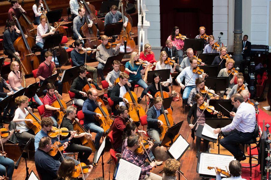 La reine Maxima des Pays-Bas parmi les musiciens du Concertgebouworkest à Amsterdam, le 10 avril 2018