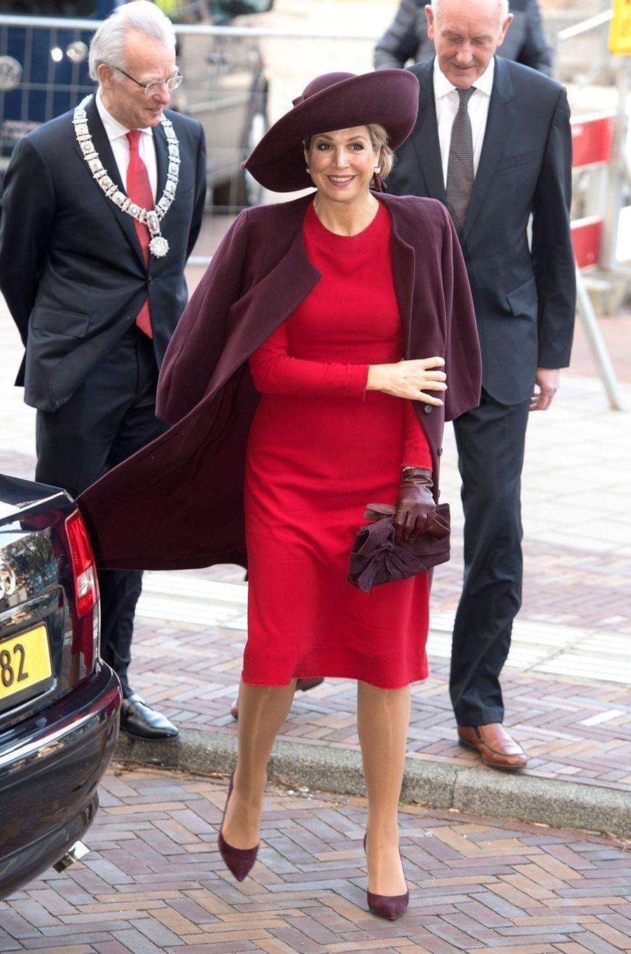 La reine Maxima des Pays-Bas dans un look rouge et prune à Amsterdam, le 5 février 2018