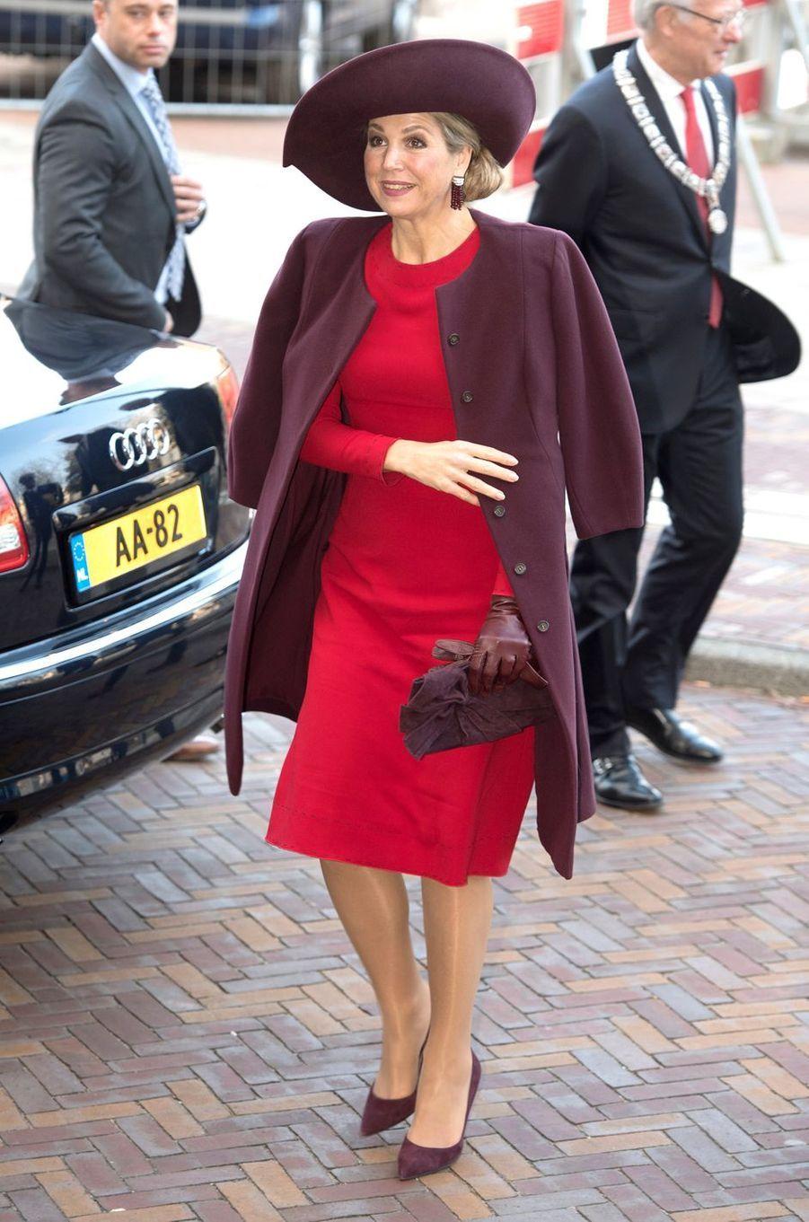 La reine Maxima des Pays-Bas en rouge et prune à Amsterdam, le 5 février 2018