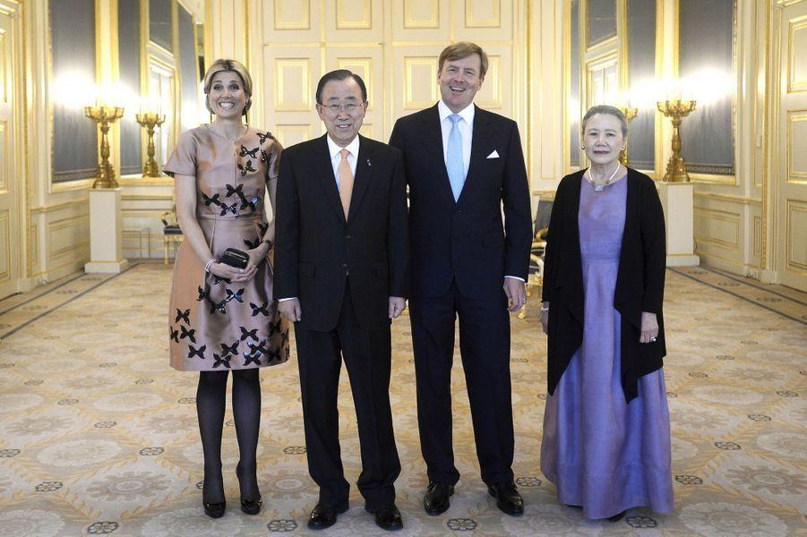 La reine Maxima et le roi Willem-Alexander des Pays-Bas avec Ban Ki-moon et sa femme à La Haye, le 19 avril 2016