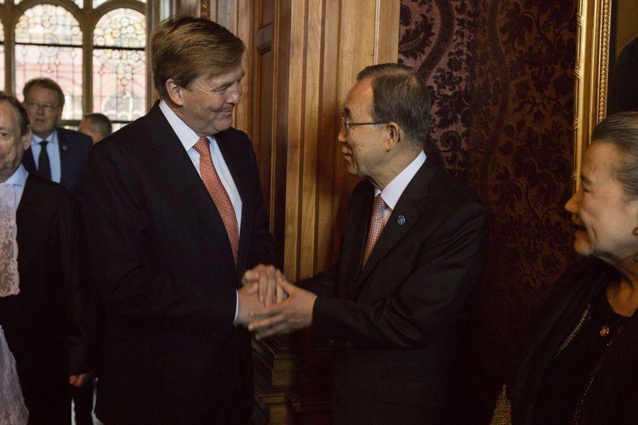 Le roi Willem-Alexander des Pays-Bas avec Ban Ki-moon au Palais de la paix à La Haye, le 20 avril 2016