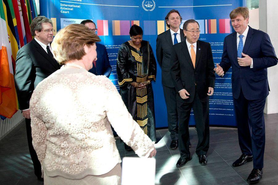 Le roi Willem-Alexander des Pays-Bas, avec Ban Ki-moon, dans le nouveau complexe de l'ICC à La Haye, le 19 avril 2016