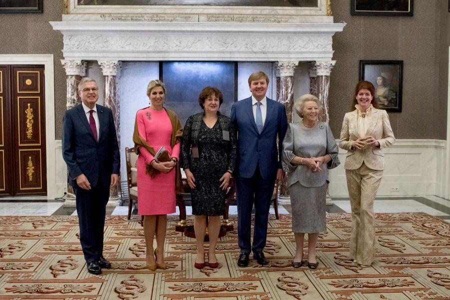 La reine Maxima, le roi Willem-Alexander et la princesse Beatrix des Pays-Bas, avec Michèle Lamont à Amsterdam, le 28 novembre 2017