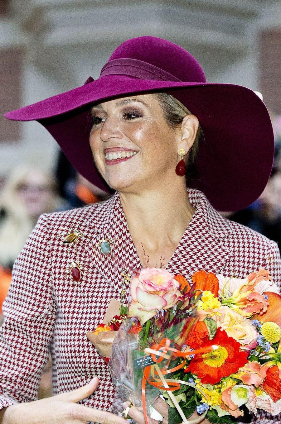 La reine Maxima des Pays-Bas, coiffée d'une grande capeline, à Arnhem le 12 janvier 2018