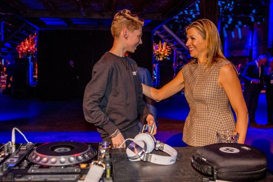 La reine Maxima des Pays-Bas avec le jeune DJ Pieter Gabriel, à Halfweg le 28 mars 2018