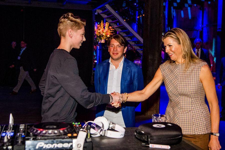 La reine Maxima des Pays-Bas avec Pepijn Maat, alias DJ Pieter Gabriel, à Halfweg le 28 mars 2018