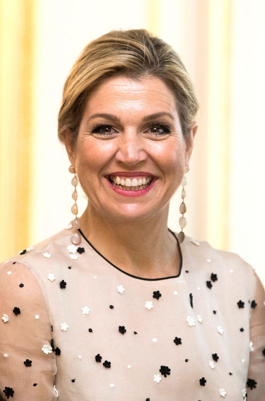 Détail des pendants d'oreille de la reine Maxima des Pays-Bas à La Haye, le 18 mai 2017
