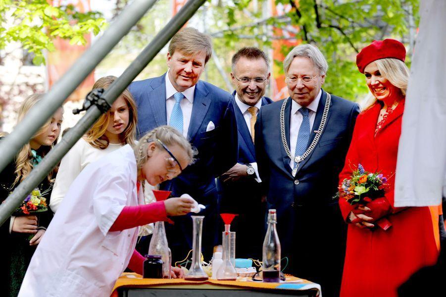La reine Maxima et le roi Willem-Alexander des Pays-Bas avec leurs filles à Groningen, le 27 avril 2018