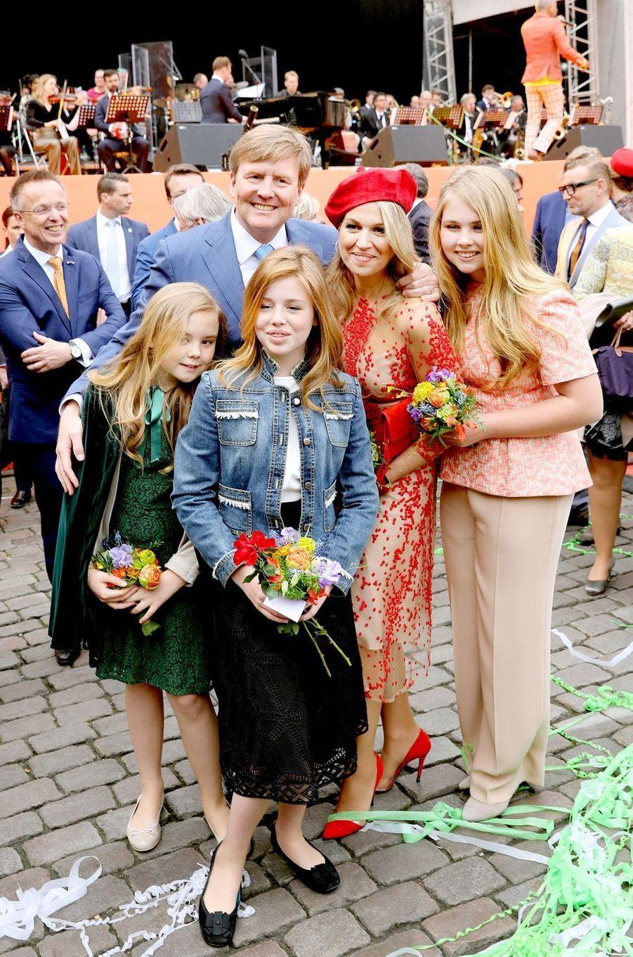 La reine Maxima, le roi Willem-Alexander des Pays-Bas et leurs filles, à Groningen le 27 avril 2018