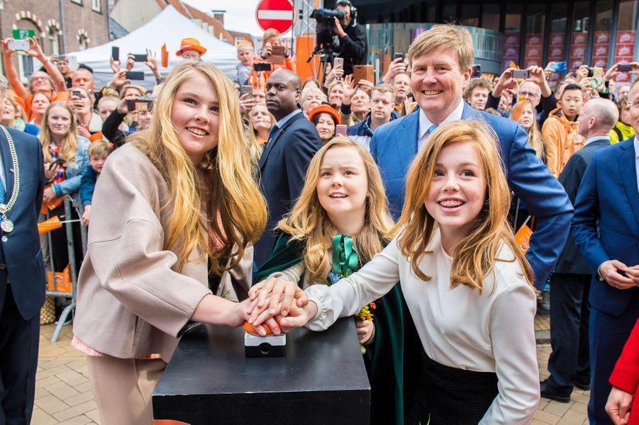Le roi Willem-Alexander des Pays-Bas avec ses filles à Groningen, le 27 avril 2018