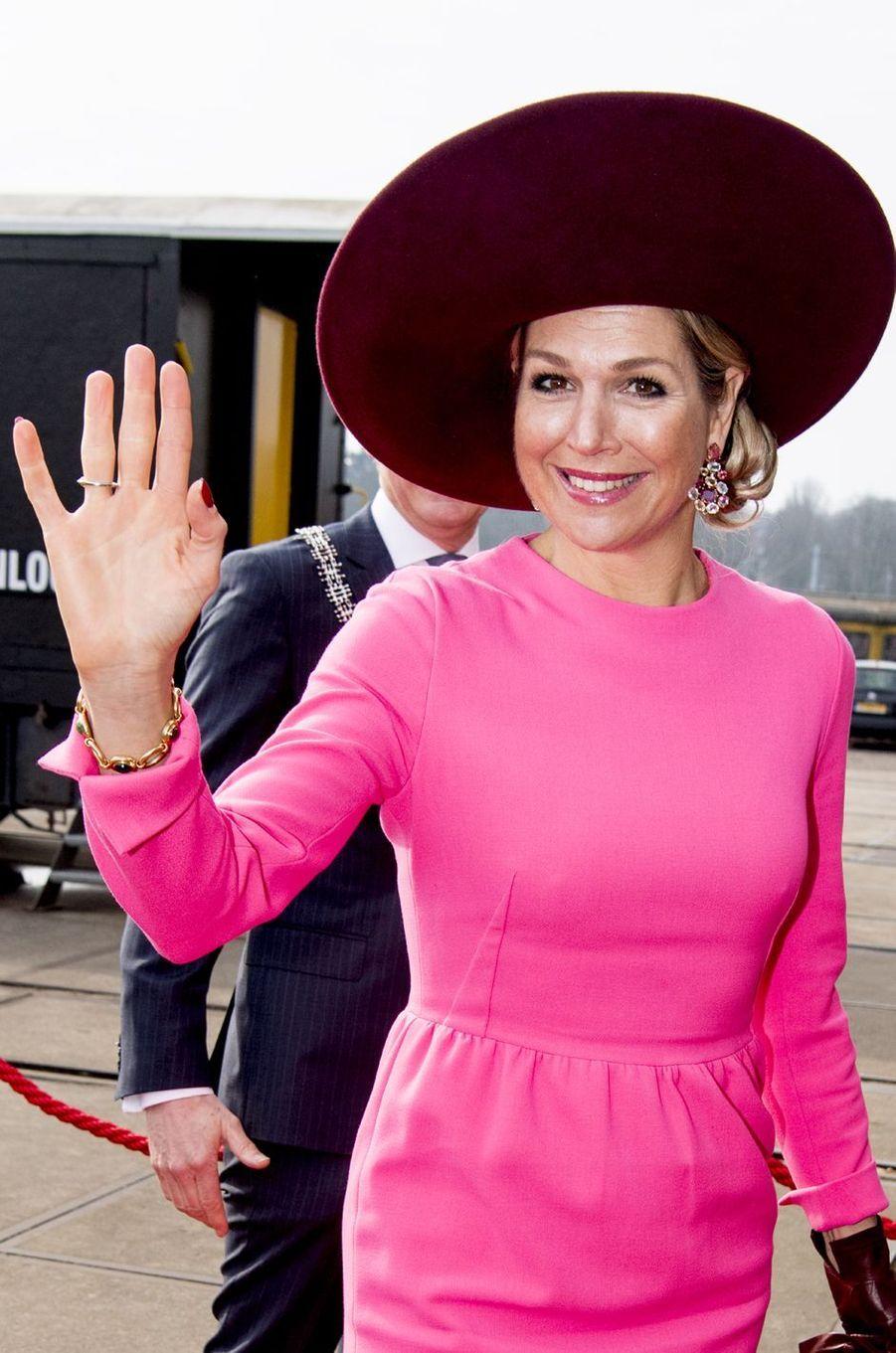 Détail de la capeline et des boucles d'oreille de la reine Maxima des Pays-Bas à Amersfoort, le 27 mars 2018