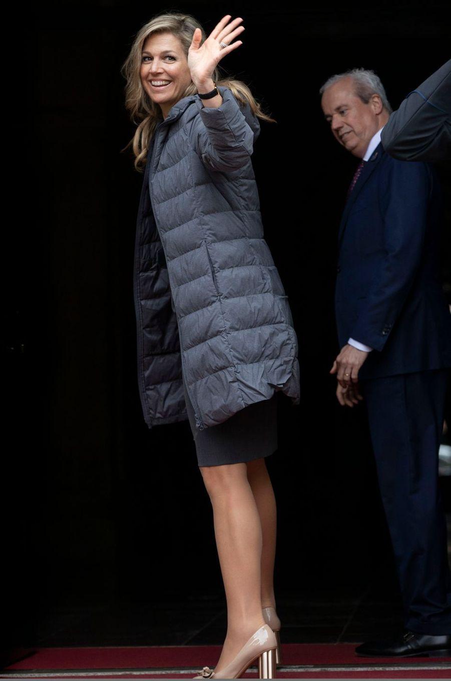 La reine Maxima des Pays-Bas, en tenue de ville, à son arrivée à Amsterdam, le 24 avril 2018