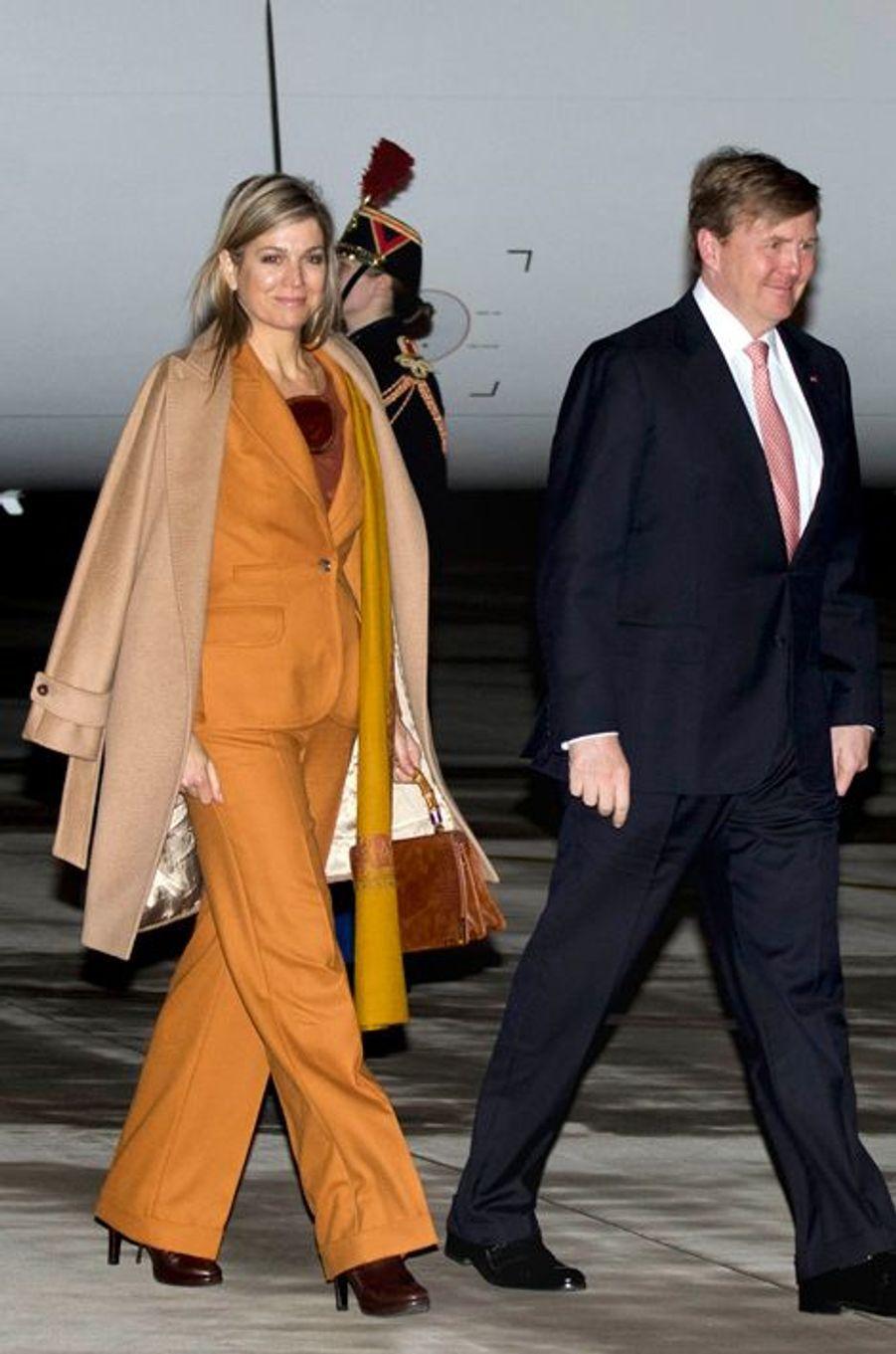 La reine Maxima des Pays-Bas, avec le roi Willem-Alexander, à l'aéroport de Villacoublay, le 9 mars 2016