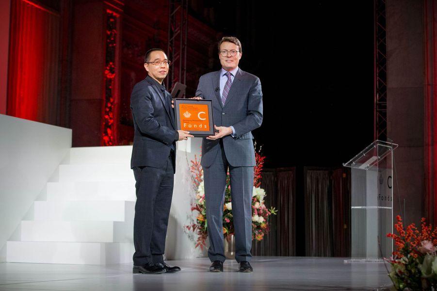 Le prince Constantijn des Pays-Bas remet le Grand prix Prince Claus à Apichatpong Weerasethakul à Amsterdam, le 15 décembre 2016