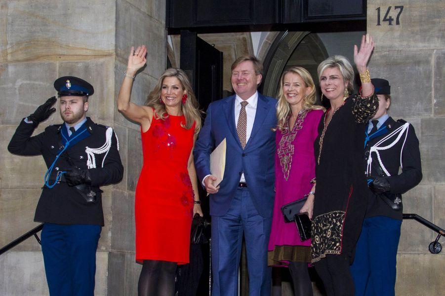 La reine Maxima et le roi Willem-Alexander avec leurs belles-soeurs les princesses Mabel et Laurentien à Amsterdam, le 15 décembre 2016