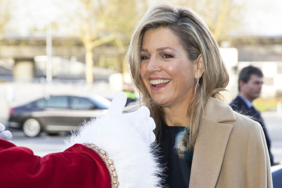 La reine Maxima des Pays-Bas accueillie par le Père Noël à Rotterdam, le 14 décembre 2017