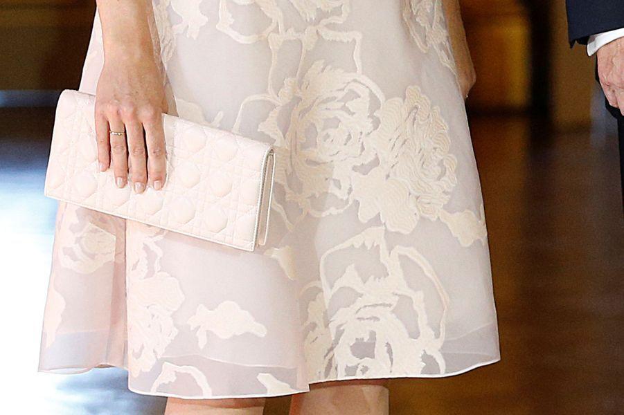 Détail de la robe de la reine Mathilde de Belgique à Bruxelles le 24 mai 2017