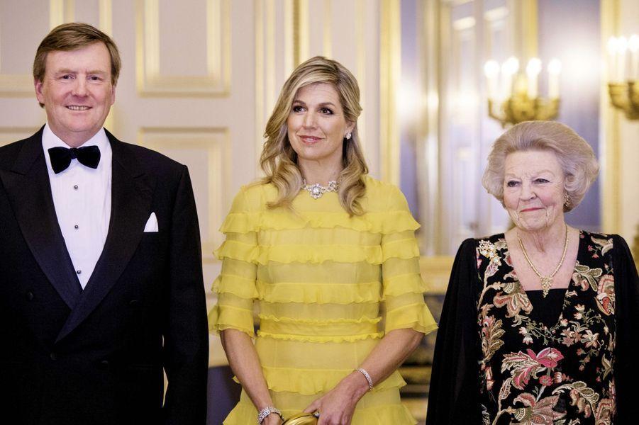 Le roi Willem-Alexander des Pays-Bas, la reine Maxima et l'ex-reine Beatrix à La Haye, le 20 mars 2018
