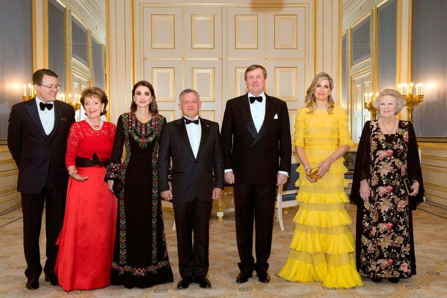 La famille royale des Pays-Bas avec le couple royal de Jordanie à La Haye, le 20 mars 2018