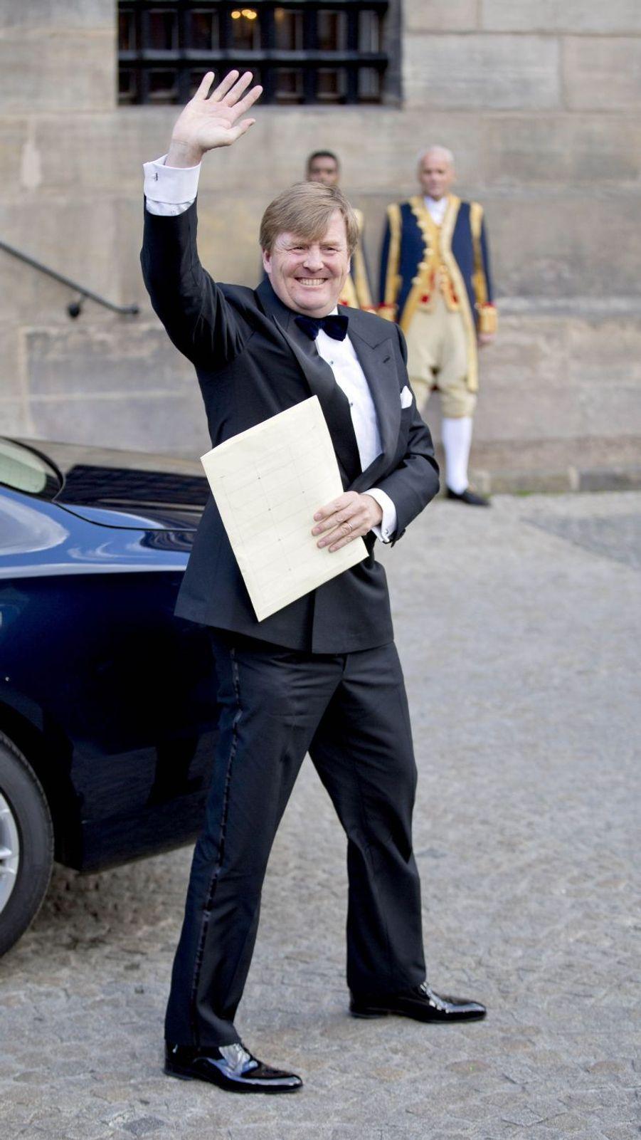 Le roi Willem-Alexander des Pays-Bas arrive au Palais royal à Amsterdam, le 28 avril 2017