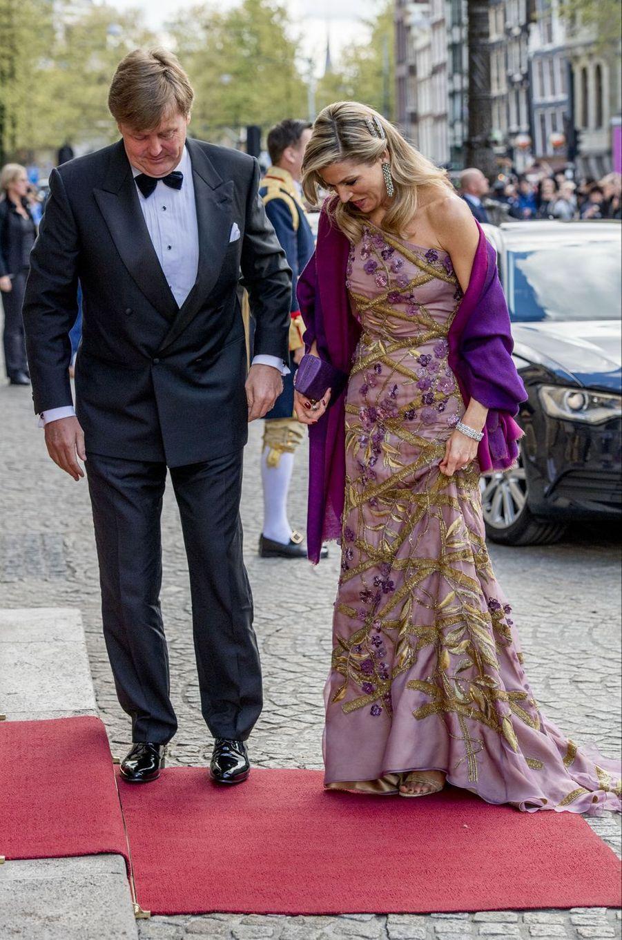 La reine Maxima et le roi Willem-Alexander des Pays-Bas dans une robe Jan Taminau à Amsterdam, le 28 avril 2017