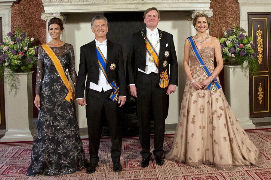 La reine Maxima et le roi Willem-Alexander des Pays-Bas avec le président argentin Mauricio Macri et sa femme à Amsterdam, le 27 mars 2017