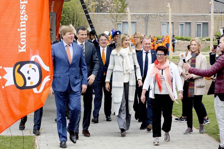 La reine Maxima et le roi Willlem-Alexander des Pays-Bas arrivent à Veghel pour les Jeux du roi, le 21 avril 2017