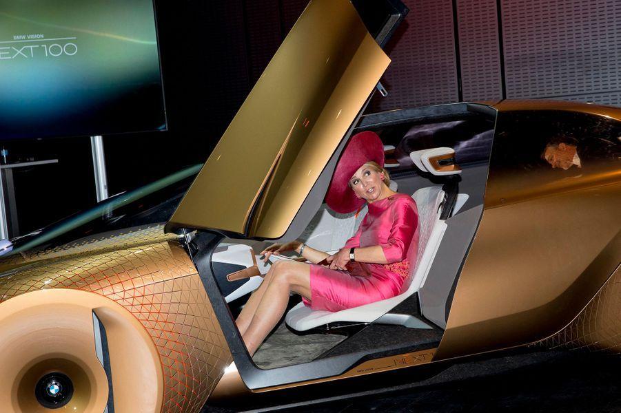 La reine Maxima des Pays-Bas au BMW Welt à Munich, le 13 avril 2016