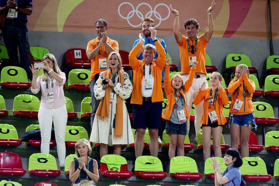 La reine Maxima des Pays-Bas avec le roi Willem-Alexander et leurs filles aux JO de Rio au Brésil, le 15 août 2016