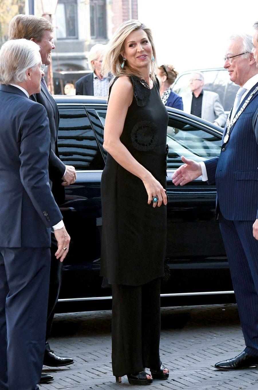 La reine Maxima des Pays-Bas en total look black à Amsterdam, le 18 avril 2018