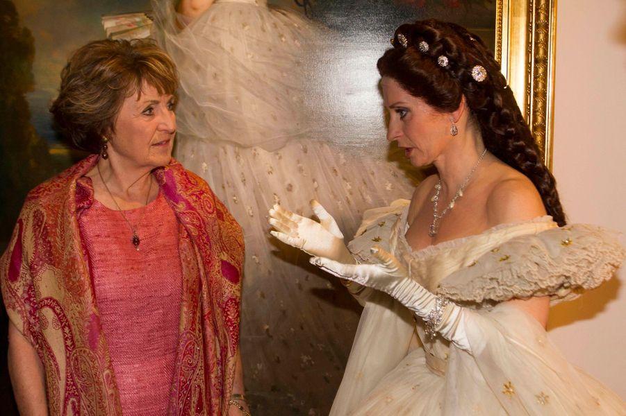 La princesse Margriet des Pays-Bas face à Sissi sortie de son tableau à Apeldoorn, le 9 avril 2015