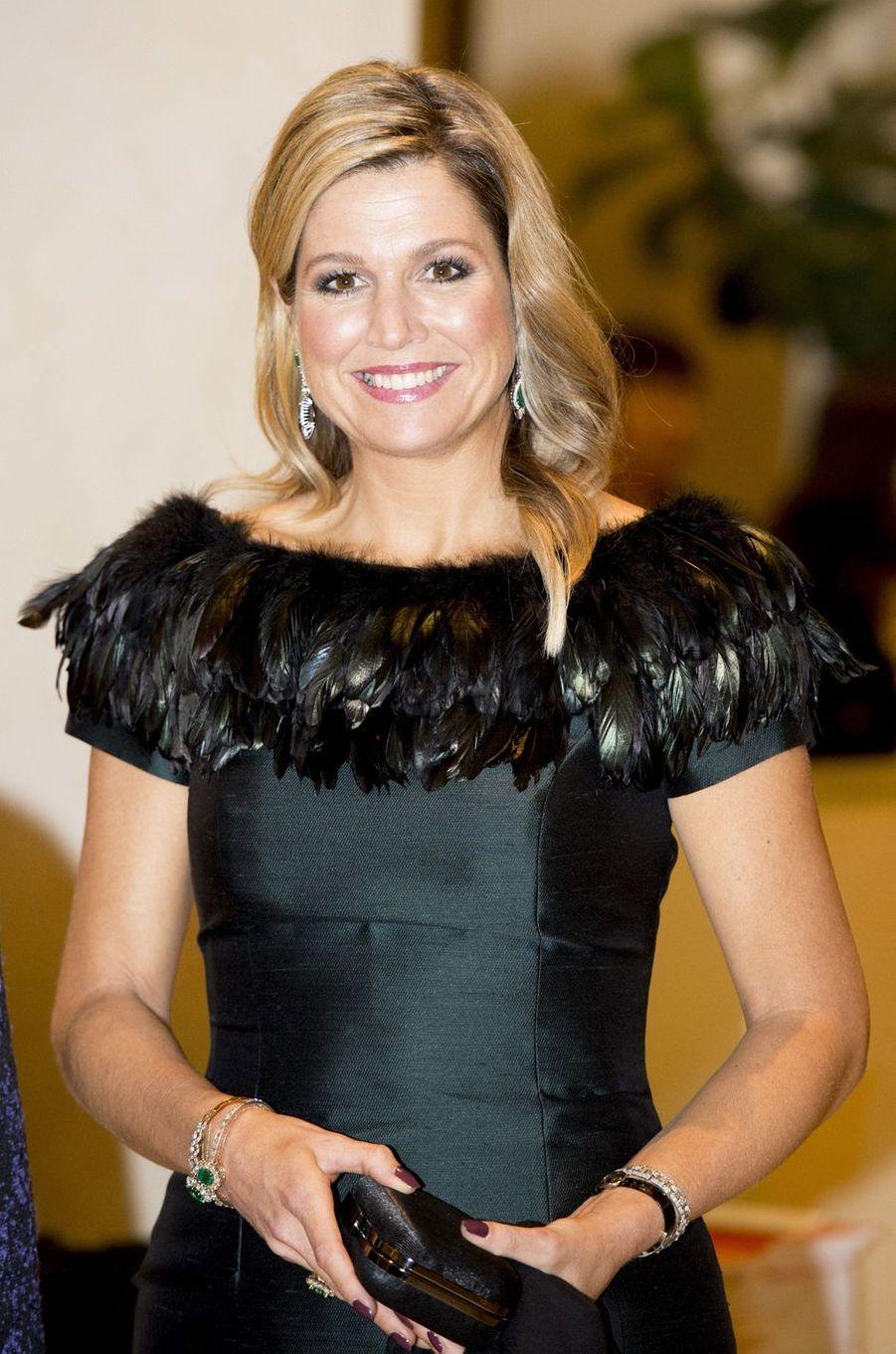 La reine Maxima des Pays-Bas dans une robe agrémentée de plumes le 4 novembre 2014