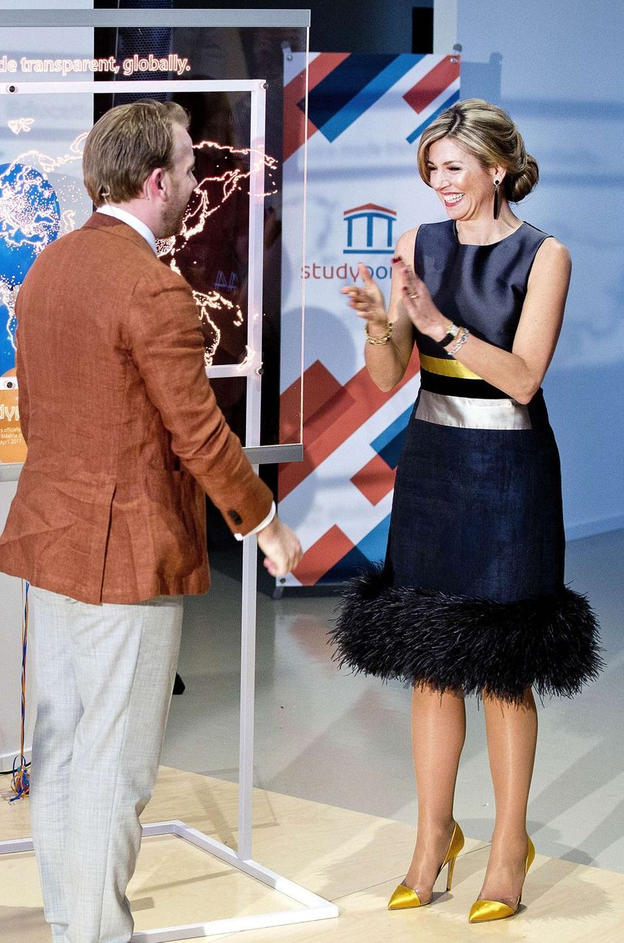 La reine Maxima des Pays-Bas dans une robe agrémentée de plumes le 7 avril 2017