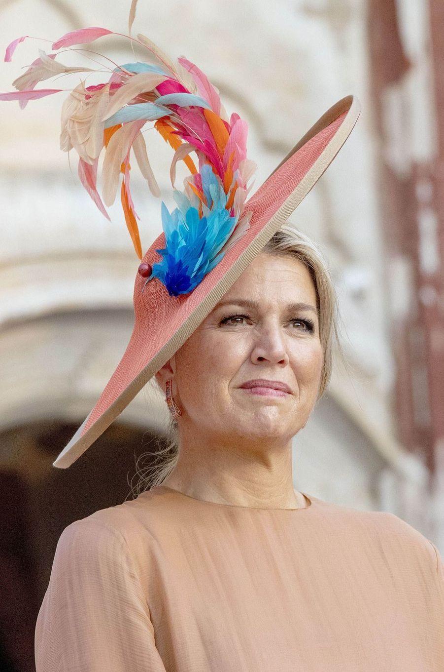 La reine Maxima des Pays-Bas avec un chapeau orné de plumes, le 15 octobre 2019