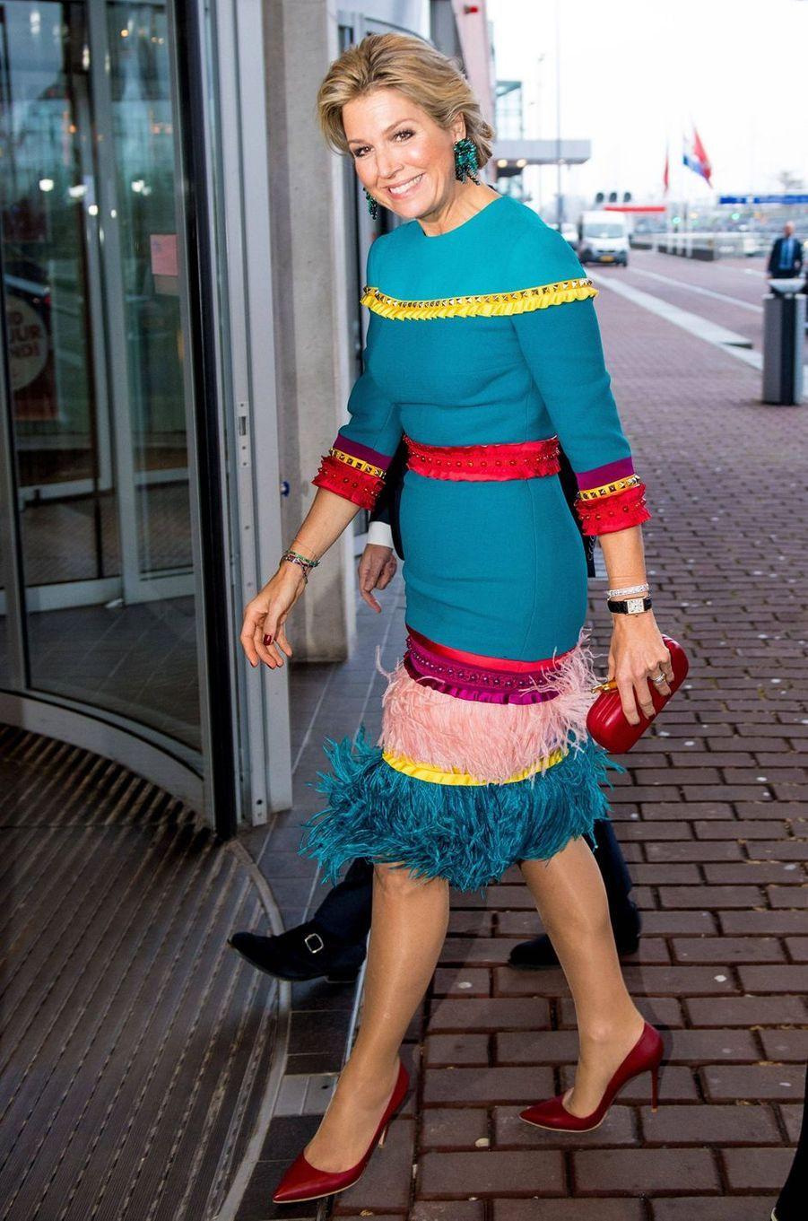 La reine Maxima des Pays-Bas dans une robe agrémentée de plumes le 26 novembre 2018