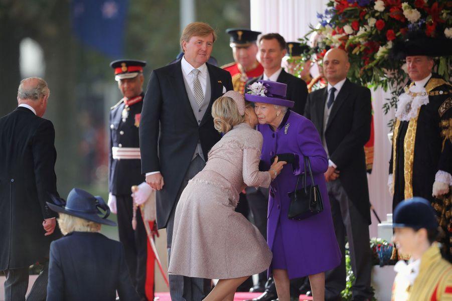 La reine Maxima et le roi Willem-Alexander des Pays-Bas avec la reine Elizabeth II à Londres, le 23 octobre 2018