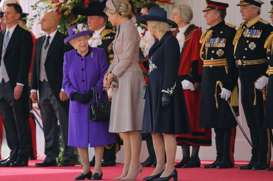 La reine Maxima des Pays-Bas avec la reine Elizabeth II et la duchesse de Cornouailles Camilla à Londres, le 23 octobre 2018