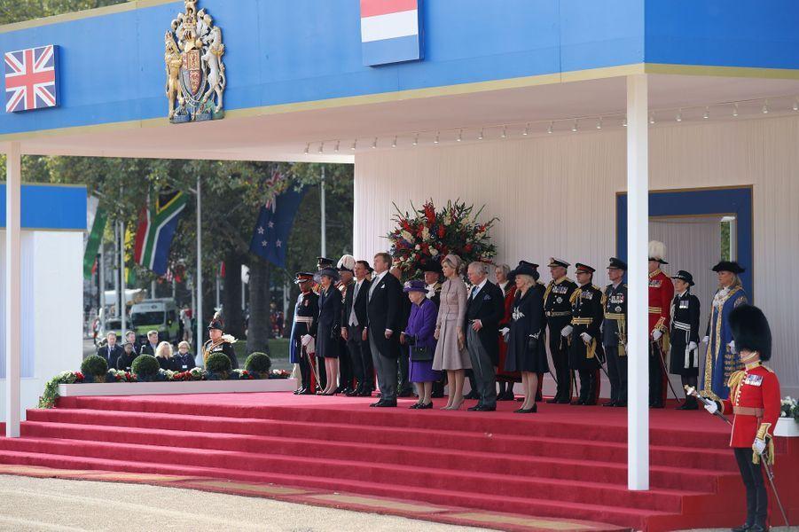 La reine Maxima et le roi Willem-Alexander des Pays-Bas avec la reine Elizabeth II, le prince Charles, sa femme Camilla, et Teresa May, à Londres le 23 octobre 2018