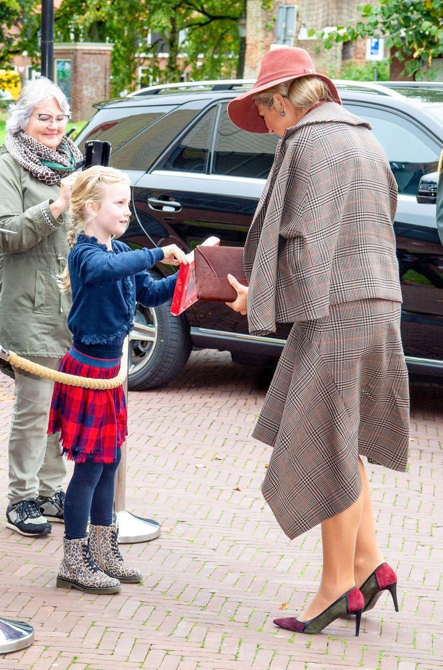 La reine Maxima des Pays-Bas en tailleur Prince de Galles à Amersfoort, le 9 octobre 2019