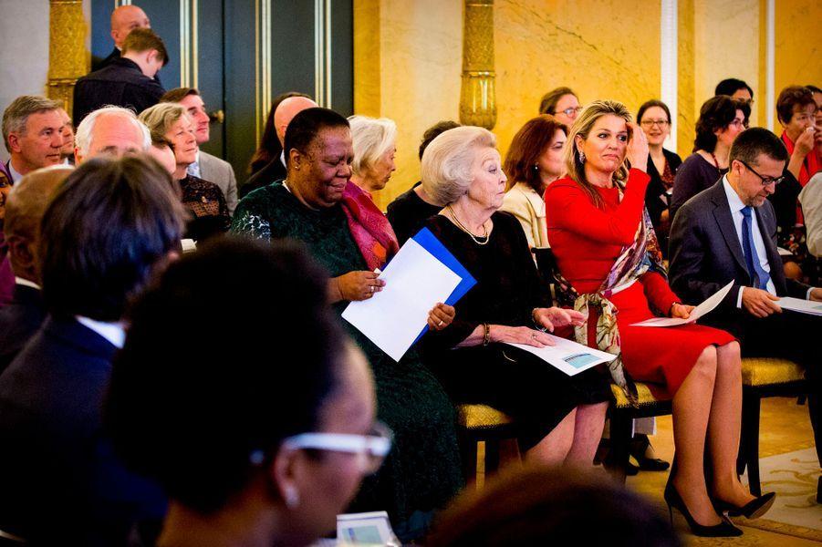 La reine Maxima et l'ex-reine Beatrix des Pays-Bas à La Haye, le 12 avril 2018